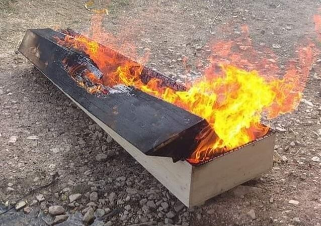 Kütahya'nın Altıntaş ilçesinde 47 yaşındaki Tecelli Kırdök, koronavirüs (Kovid-19) nedeniyle hayatını kaybetti. Cenazesi Altıntaş ilçesi Oysu köyü mezarlığına defnedilen Kırdök'ün, cenaze sonrası tabutu yakıldı.