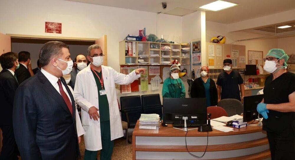 Sağlık Bakanı Fahrettin Koca, Keçiören Eğitim ve Araştırma Hastanesi'nde hasta yakınlarının saldırı girişiminde bulunduğu sağlık çalışanlarını ziyaret etti.