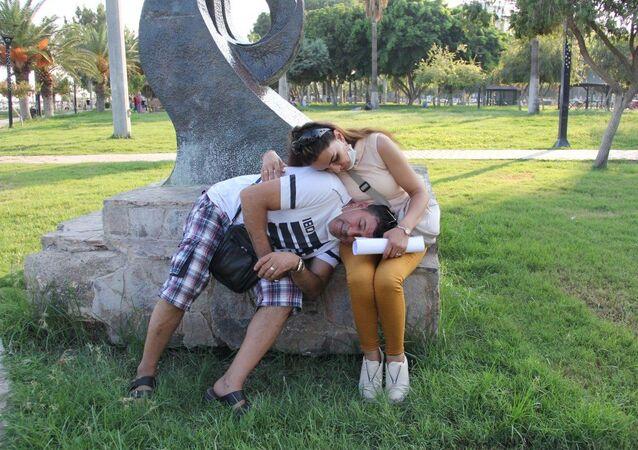 Mersin'de nikah işlemleri öncesi fotoğraf çektirip, restoranda kutlama yaptıktan sonra gittikleri parkta ağacın altında uyuyakalan Mustafa Zülküflü (51) ile Fatma Polat'ın (35) 1800 euro ve 650 lirası ile cep telefonları çalındı.