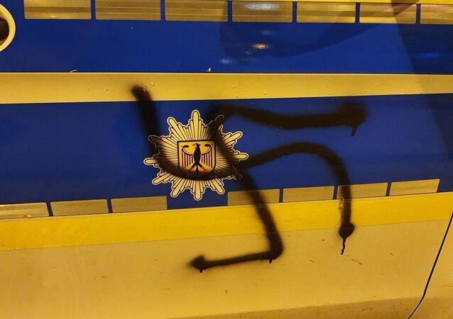 Almanya'nın Hagen kentinde polis aracına Neo-Nazi sembollerinden gamalı haç çizen 26 yaşındaki şahıs yakalanarak tutuklandı.