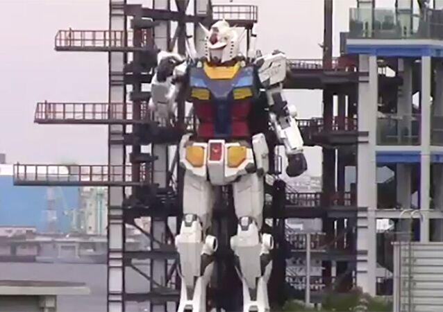 Japonya'nın Yokohama şehrindeki Gundam Fabrikası'nda bu hafta devinim denemeleri başarıyla gerçekleştirilen dev insansı robot