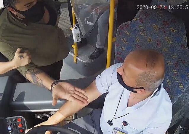 Bursa'da halk otobüsüne maskesiz bindiği için tartıştığı yolcu Savaş B.'yi bıçakla yaralayan şoförİzzet Çayan, çıkarıldığı mahkemece 'kasten adam öldürmeye teşebbüs' suçundan tutuklandı.
