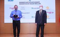 RS FM'de Yeni Şeyler Rehberi programının yapımcısı ve sunucusu Serhat Ayan Ekonomi Gazetecileri Derneği'nden ödül aldı.