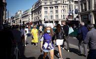 Sokakta maske takarak yürüyen kadınlar, Regent Sokağı, Londra, İngiltere, Britanya