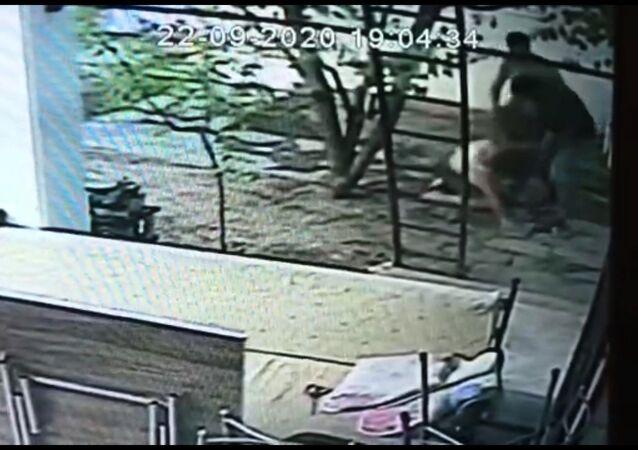 Bitez Mahallesi Söğütlü Caddesi'nde bir site içerisinde kendilerine ait otoparka yabancı birinin aracını park ettiğini gören 46 yaşındaki 3 çocuk annesi Arzu B., aracı park eden şahıs tarafından tekme, tokat dövüldü.