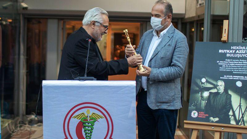 Uluslararası Adana Altın Koza Film Festivali Ödül Töreni'nde onur ödülü verilenRutkay Aziz, Türk Tabipleri Birliği'ne (TTB) ve tüm sağlık emekçilerine adadığı ödülünü TTB Başkanı Prof. Dr.Sinan Adıyaman'a teslim etti.