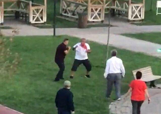 Bursa'nın Mustafakemalpaşa ilçesindeki bir parkta çocukların çimlere basması üzerine başlayan tartışma kavgaya dönüştü. Kavga çevredeki vatandaşlar tarafından kayıt altına alındı.