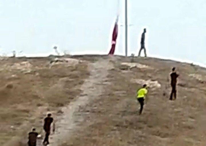 Şanlıurfa'nın Birecik ilçesinde Türk Bayrağının indirilmeye çalışılmasıyla ilgili yeni görüntüler ortaya çıktı. Görüntülerde şahsın yarıya kadar indirdiği Türk Bayrağının polisler tarafından hemen göndere çekmesi yer alıyor.