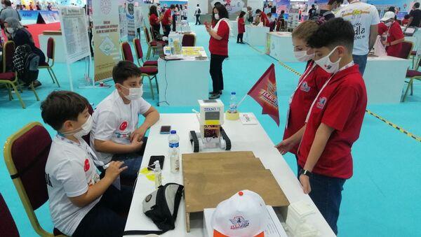 11 yaşındaki Vasfi Kemal ve Alper Doruk TEKNOFEST'te 'İnsanlık Yararına Teknoloji-Sosyal İnovasyon' alanında yarışıyor. - Sputnik Türkiye