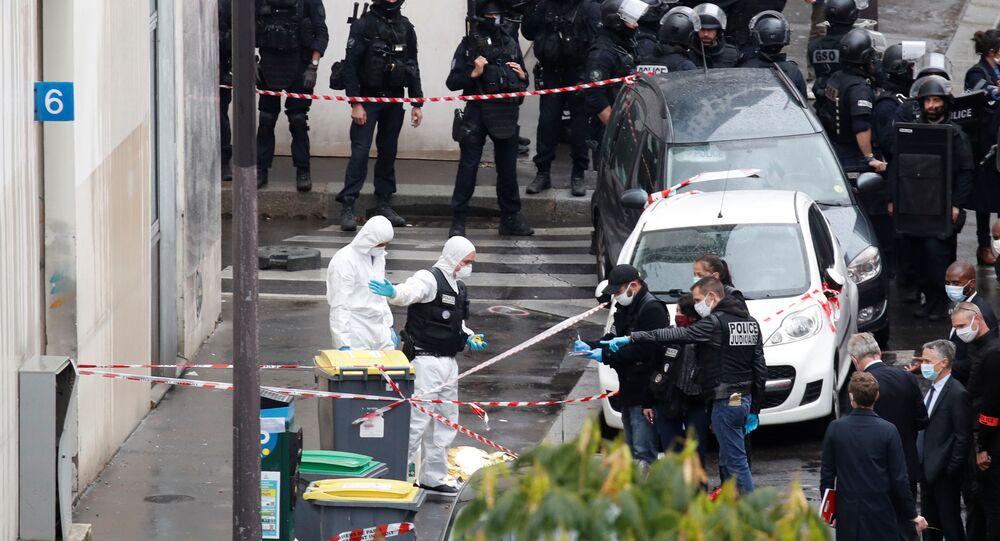 Fransa'nın başkenti Paris'te bir kişi, mizah dergisi Charlie Hebdo'nun eski binasının bulunduğu muhitte saldırı düzenleyerek 4 kişiyi yaraladı.