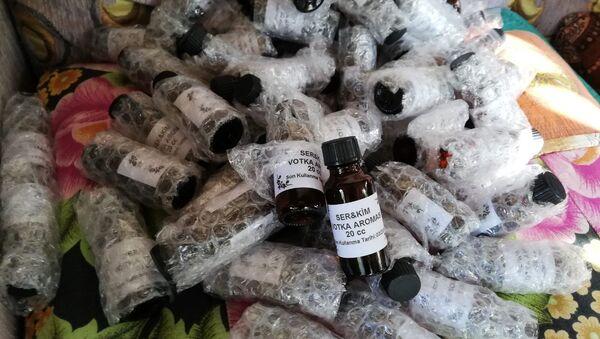 Antalya'da sahte içki üretimi yapıldığı tespit edilen bir eve polisin düzenlediği operasyonda 2 bin 500 litre ele geçirildi. - Sputnik Türkiye
