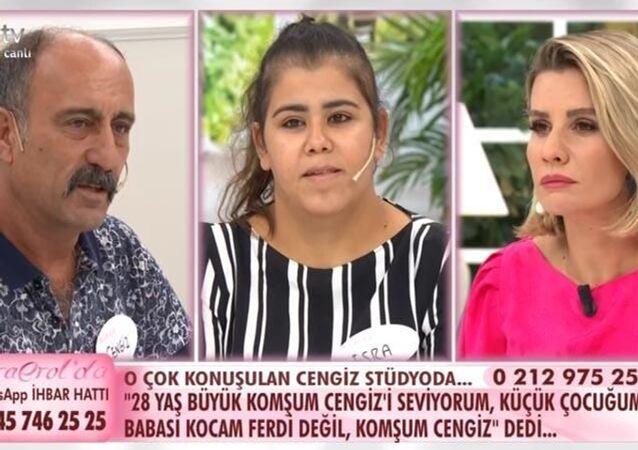 ATV ekranlarındaEsra Erol'un programında bir kadın, çocuğunun komşusundan olduğunu öğrenince sevinç gösterisinde bulundu.