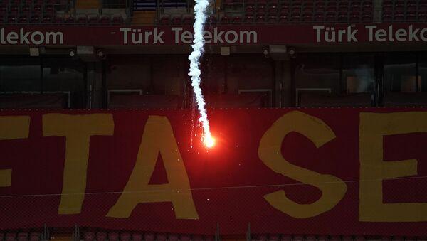 Seyircisiz oynanan Galatasaray - Fenerbahçe derbisinde sahaya dışarıdan işaret fişeği atıldı - Sputnik Türkiye