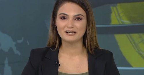 Azerbaycan Savunma Bakanlığı'nın Ermenistan ordusunun savunma hattının kırıldığını ve 7 köyün kontrol altına alındığını duyurduğu açıklamasını bildiren Azeri televizyon spikeri, canlı yayında gözyaşlarını tutamadı.