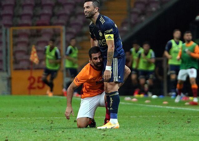 Bu yaz tekrar takıma katılan Galatasaray'ın yıldız futbolcusu Arda Turan, 3 bin 481 gün sonra sarı-kırmızılı forma ile Fenerbahçe derbisine çıktı.