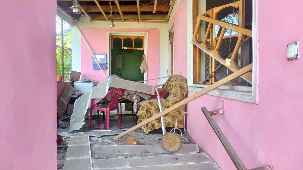 Dağlık Karabağ bölgesinde açılan ateş sonucu zarar gören evlerden biri