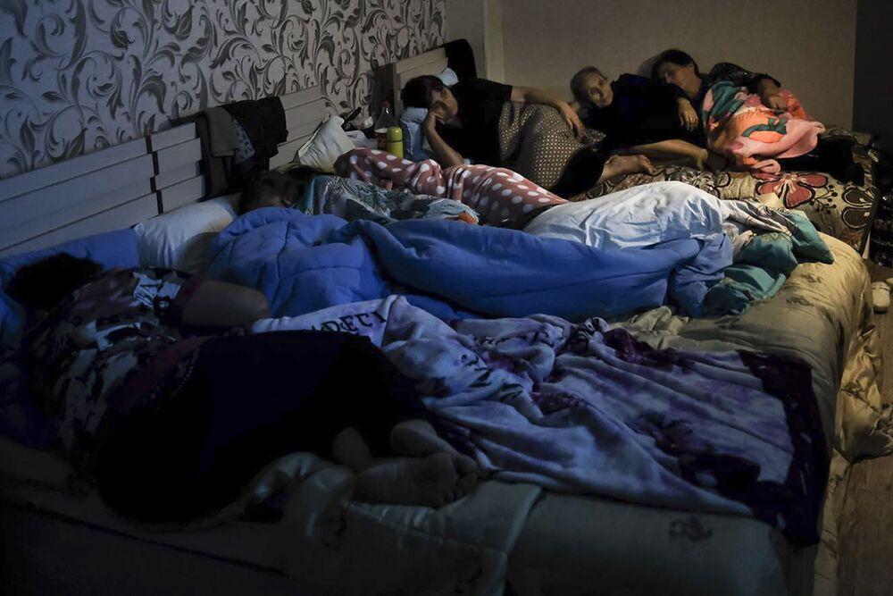 Dağlık Karabağ bölgesinde  yaşanan çatışmalardan sığınağa saklanan yerel sakinler