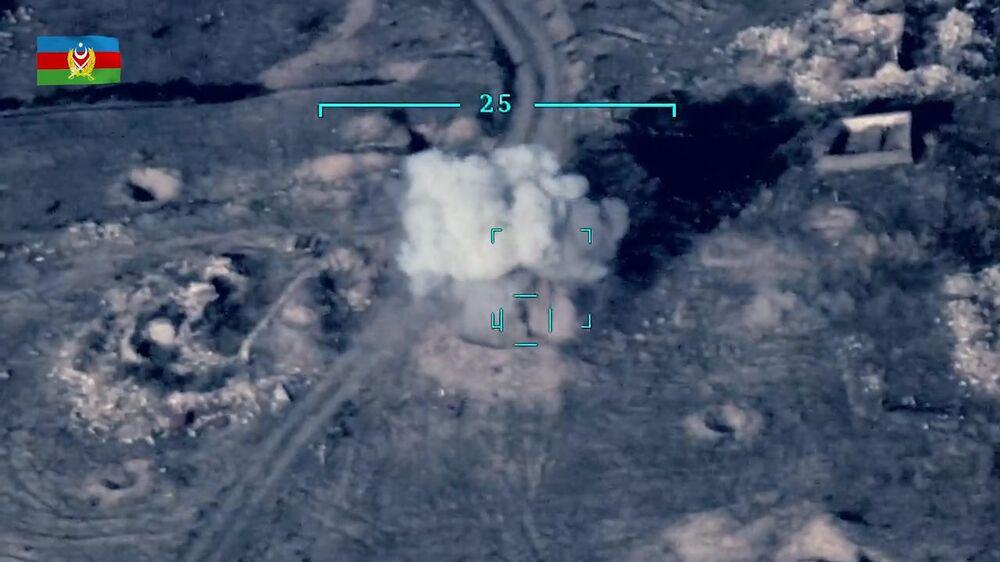 Azerbaycan Savunma Bakanlığı, çatışmalarda Ermenistan'a ait tank ve zırhlı araçların imha edilmesinin havadan çekilen görüntülerini paylaştı