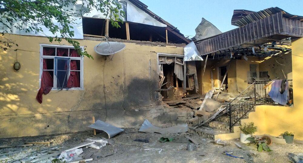 Dağlık Karabağ bölgesinde yaşanan çatışmalarda  zarar gören evlerden birinin görünümü