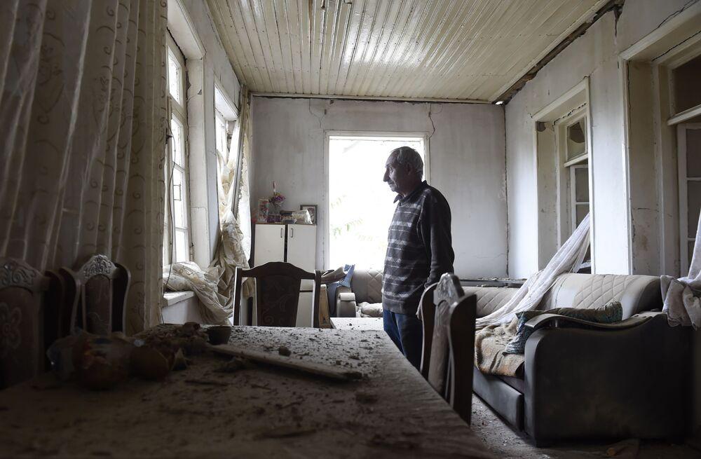 Dağlık Karabağ bölgesindeki Martuni kentinde saldırı sonucu zarar gören evin iç görünümü