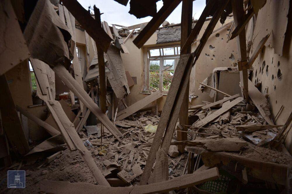 Azerbaycan'ın Terter Bölgesi'ndeki köylere açılan ateş neticesinde bazı evler  tamamen yıkıldı
