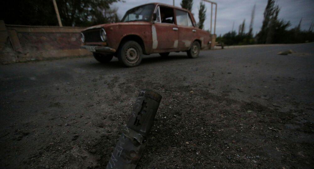 Azerbaycan'ın Terter şehrinde saldırı  sonucu yere çakılan mermi parçası