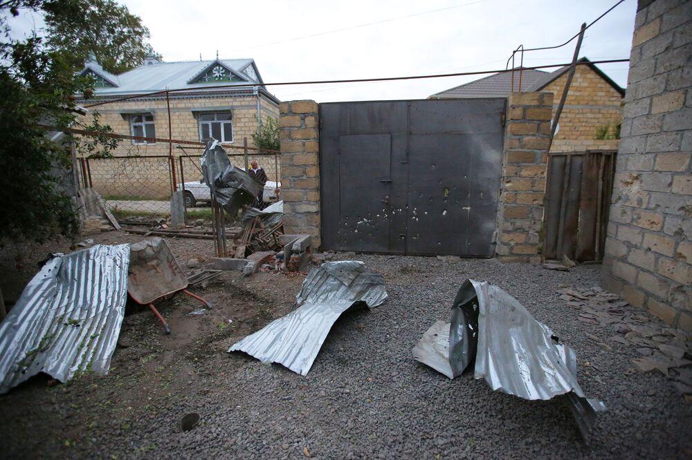 Ermenistan ordusunun Terter Bölgesi'ndeki köylere  ateş açması sonucu zarar gören evlerden biri