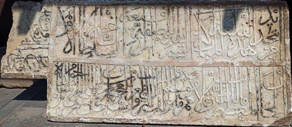 """Şen, şöyle devam etti: """"Kitabeyi incelediğimizde özetle şunu söyleyebiliriz. 'Bu yüksek, latif güzel kale Türklerin, Arapın, Acemin tek hakimi cihan sultanı Selim Şah oğlu Süleyman Şah tarafından yenilenmiştir' şeklinde bir ibare vardı. Hicri 940 Miladi 1532-1534 yıllarına tekabül etmektedir. Ancak bu kitabeden bizim anladığımız kadarıyla 1514 yılında Çaldıran Savaşı ile birlikte İdris-i Bitlis'inin desteği ile Bitlis Osmanlı Devleti'nin hakimiyeti altına girmişti ancak daha sonra ise 4. Şerefhan'ın İran'a meyletmesi üzerine kısa süreliğine Osmanlı hakimiyetinden çıkmış olduğunu söyleyebiliriz. Daha sonra ise Kanuni Sultan Süleyman 1532 yılında Ulaman Han'ı Bitlis'i geri almak üzere görevlendirdiğini bilmekteyiz. Ulama Han ise büyük bir orduyla kalenin etrafını kuşatmış olduğunu ve bu kuşatmanın da yaklaşık 3 ay sürdüğünü ağır toplar ve mancınıklar ile uzun süre dövüldüğü ve bu esnada kalenin ciddi anlamda tahrip edildiğini bilmekteyiz. Bu kitabe ile birlikte muhtemelen bu tahribat aynı yıllara denk geldiğini söyleyebiliriz. Bu tahribattan sonra Bitlis Kalesi'nin yenilendiğini ve onarıldığını ifade edebiliriz. Tarihi vakalar ile bu kitabenin birbirini teyit etmesi açısından son derece önemli olduğunu ifade edebiliriz. Bulduğumuz bu kitabeyi ise daha önce herhangi bir şekilde tescil edilmediği ve müzeye teslim edilmediğini ayrıca müzenin bundan haberinin olmadığını öğrenmiş olduk. Tutanak karşılığında ise kitabeyi Ahlat Müze Müdürlüğüne teslim ettik."""""""