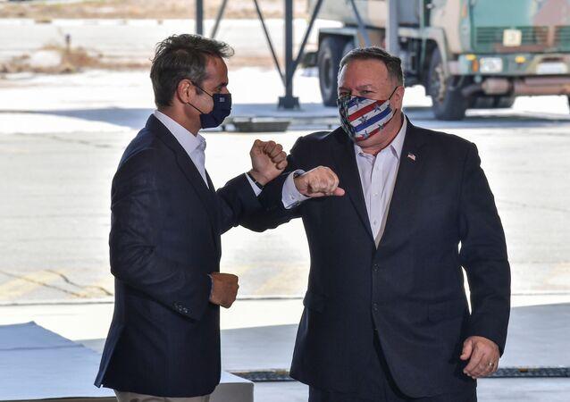 Girit'in Suda Körfezi'ndeki NATO donanma üssüne çıkarma yapan ABD Dışişleri Bakanı Mike Pompeo, Yunan BaşbakanıKyriakos Miçotakis ile dirsek çarpıştırırken