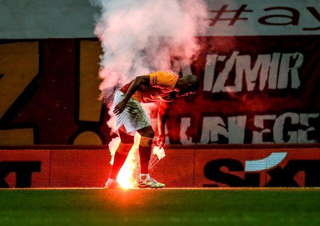 27 Eylül 2020'de seyircisiz oynanan Galatasaray - Fenerbahçe derbisinde stat dışından paraşütle  sahaya meşale atıldı.