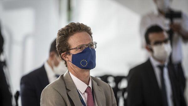 Türkiye ile Avrupa Birliği (AB) arasında uzlaşmaya varılan Türkiye'deki Sığınmacılar için Mali Yardım Programı (FRIT) kapsamında ödenmesi öngörülen 6 milyar avroluk paketin 393 milyon avroluk kısmının imzaları atıldı. Törene katılan AB Türkiye Delegasyon Başkanı Büyükelçi Nikolaus Meyer-Landrut'un Avrupa Birliği logolu maske taktığı görüldü. - Sputnik Türkiye