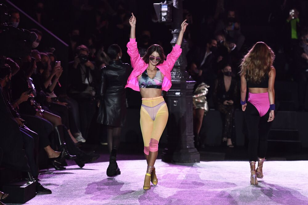 Paris Moda Haftası kapsamında düzenlenen defilede, birbirinden güzel modeller sıra dışı iç çamaşırlarıyla podyumdaydı