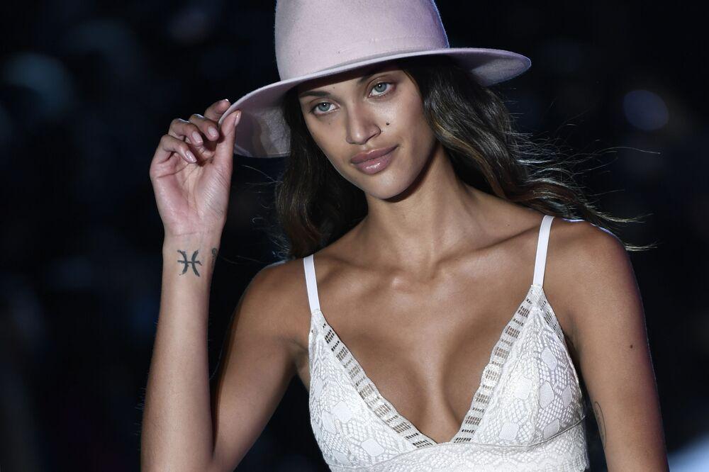 Paris'teki Etam Live  Şovu'na katılan modellerden biri