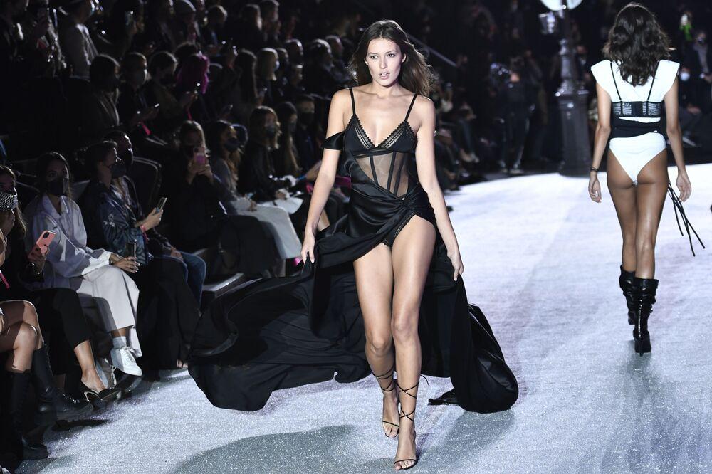 Paris Moda Haftası kapsamında düzenlenen iç giyim firması Etam'ın defilesine katılan mankenlerden biri