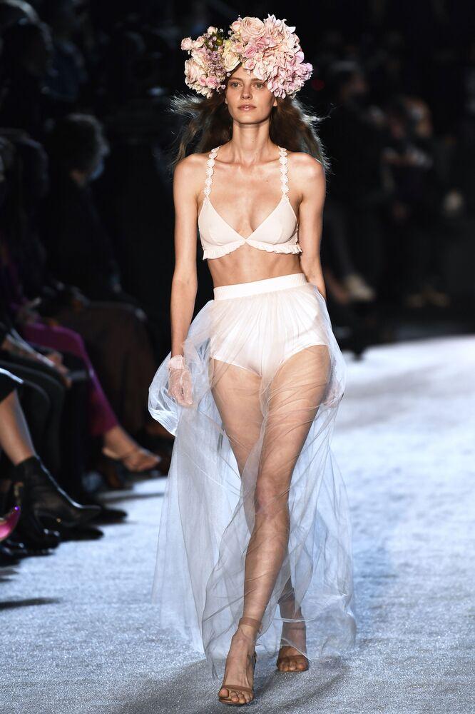 Dünyaca ünlü iç çamaşır markası Etam şovuna katılan modellerden biri, podyumda yürürken