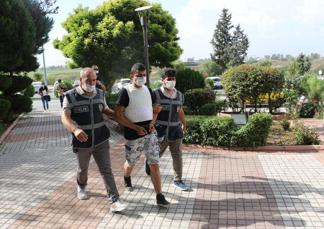 Adana'nın Ceyhan ilçesinde eşini kalbinden bıçaklayarak öldüren koca çıkarıldığı mahkemece tutuklandı.