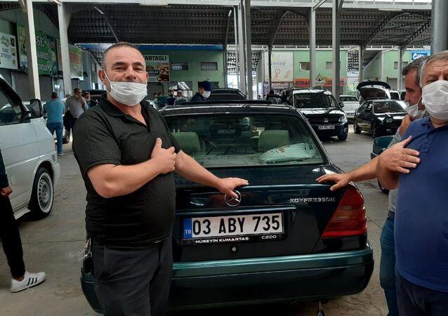 Afyonkarahisar'da kurulan araba pazarında fiyatların yüksek olmasından hem alıcılar hem de satıcılar dert yandı. Satıcılar, 25 yaşındaki araçların 60 bin lira değer biçildiği pazarda, satışlarının durgun olduğunu ifade etti.