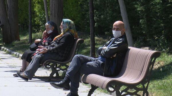 Maskeli yaşlı vatandaşlar - Sputnik Türkiye