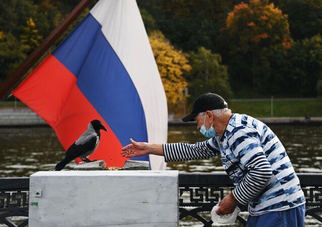 yaşlı adam, koronavirüs, Luzhniki parkı, Moskova, Rusya