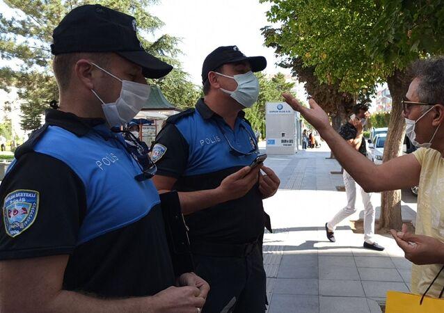 Çorum'da koranavirüs (Kovid-19) salgınıyla mücadele kapsamında yapılan denetimlerde maske takmadığı için 392 lira idari para cezası uygulanan vatandaş, İyi maaşınız çıktı diyerek polise tepki gösterdi.
