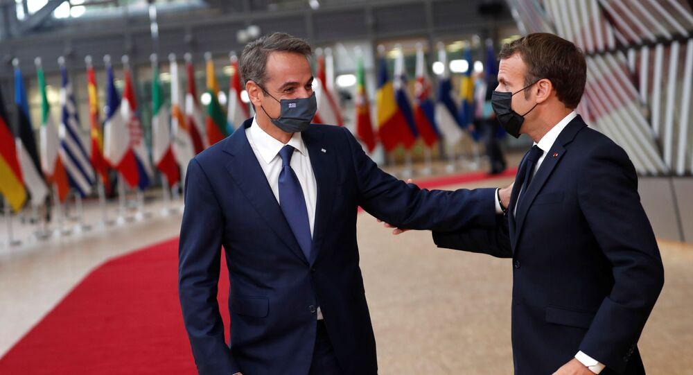 Türkye'ye karşı ortak tavır alan Fransa ve Yunanistan liderleri Emmanuel Macron ile Kyriakos Miçotakis'den 1 Ekim 2020'de başlayan AB zirvesinde samimi pozlar