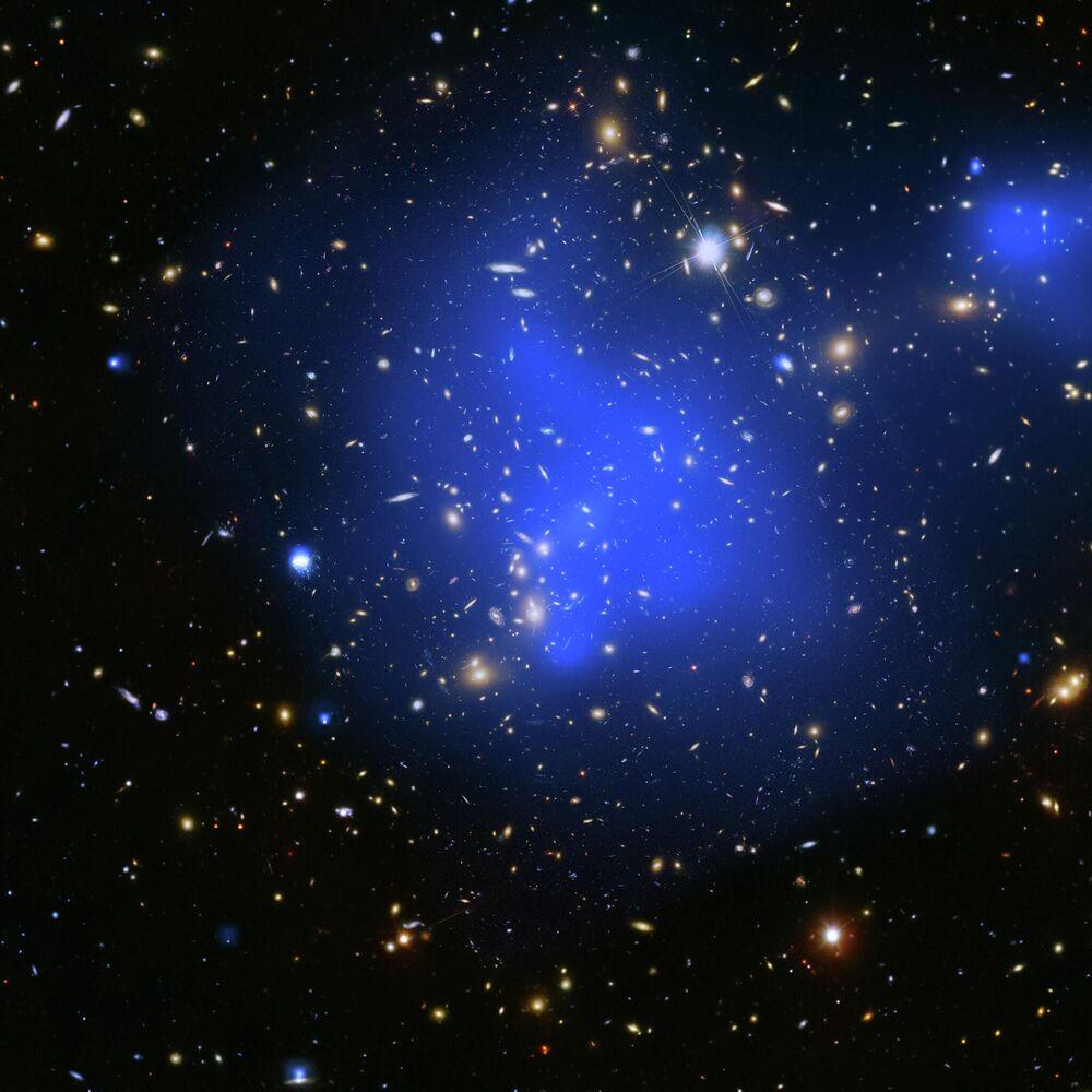 Скопления галактик Abell 2744 isimli galaksi kümesinin görüntüsü