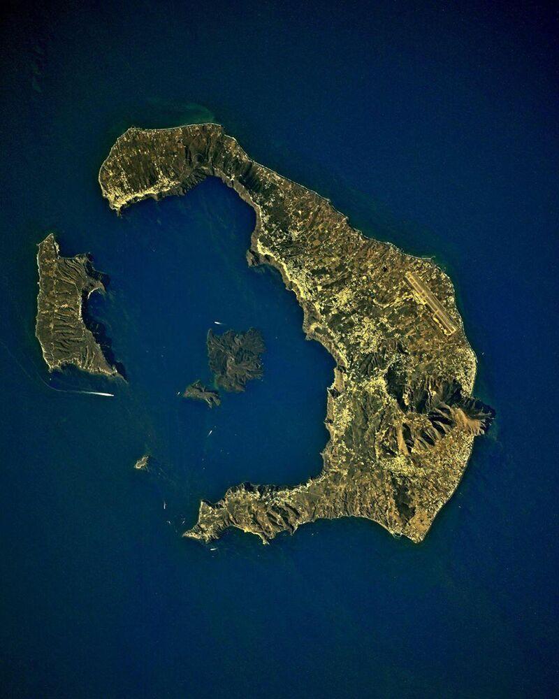 Ege Denizi'nin güneyinde yer alan volkanik Santorini Adası'nın Uluslararası Uzay İstasyonu'ndan çekilen görüntüsü
