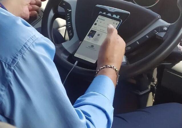 Seyir halindeyken bir elinde telefon, bir elinde çekirdekle görüntülendi