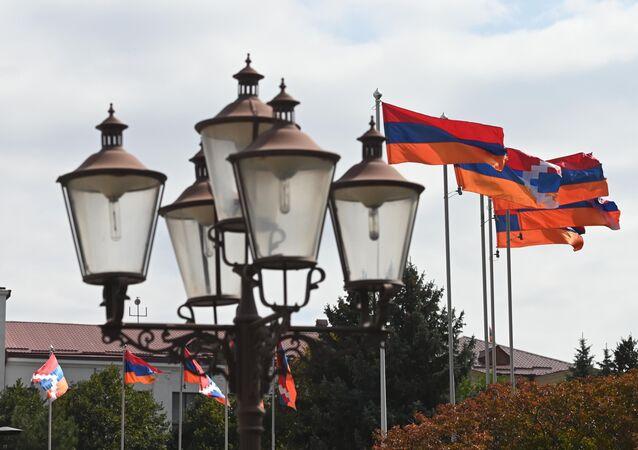 Ermenistan ve Dağlık Karabağ bayrakları