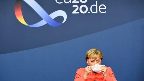 Almanya Başbakanı Angela Merkel 1-2 Ekim 2020 AB zirvesi sonunda basın toplantısına başlarken maskesini çıkardı. - Sputnik Türkiye