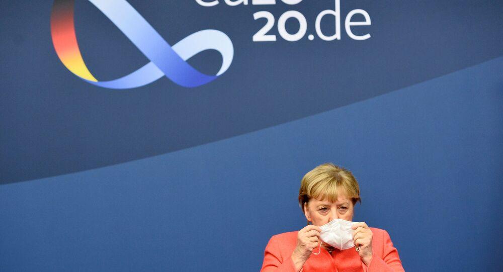 Almanya Başbakanı Angela Merkel 1-2 Ekim 2020 AB zirvesi sonunda basın toplantısına başlarken maskesini çıkardı.