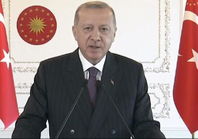Cumhurbaşkanı Erdoğan, video konferans yöntemiyle Reyhanlı Barajı, Afrin Çayı Davutlar Regülatörü ve Derivasyon Kanalı, Tahtaköprü Barajı Yükseltilmesi ve Hatay İçme Suyu Arıtma Tesisi Açılış Töreni'ne katıldı.