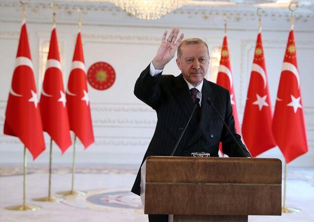Türkiye Cumhurbaşkanı Recep Tayyip Erdoğan, Reyhanlı Barajı, Afrin Çayı Davutlar Regülatörü ve Derivasyon Kanalı, Tahtaköprü Barajı Yükseltilmesi ve Hatay İçme Suyu Arıtma Tesisi Açılış Töreni'ne Vahdettin Köşkü'nden canlı bağlantıyla katıldı.
