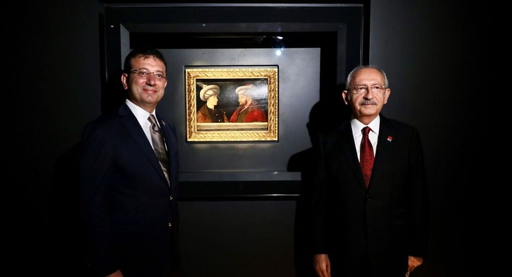 Cumhuriyet Halk Partisi (CHP) Genel Başkanı Kemal Kılıçdaroğlu (sağda) ve İstanbul Büyükşehir Belediyesi (İBB) Başkanı Ekrem İmamoğlu (solda), İBB tarafından Londra'da düzenlenen müzayededen satın alınarak Türkiye'ye getirilen Fatih Sultan Mehmet'in portresinin ön gösterimine katıldı.